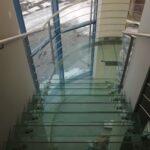 Balustrady szklane samonośne – efektowne dopełnienie nowoczesnych przestrzeni